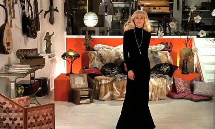 Высокий блондин в черном ботинке - Grand blond avec une chaussure noire, Le