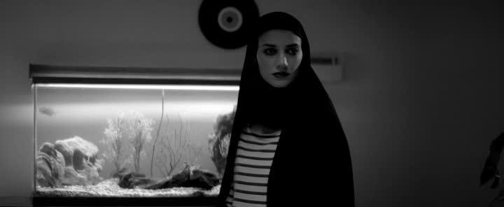 Девушка возвращается одна ночью домой - A Girl Walks Home Alone at Night